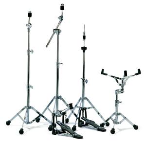Hardware für Drum Kits: von links) Beckenständer, Galgen-Beckenständer, Fußmaschine für Bass Drum, Hi-Hat, Snare-Drum-Ständer (Sonor)
