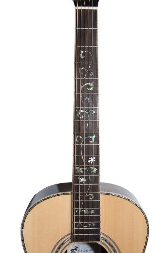 Einlagen aus Abalone im Griffbrett einer Parlorgitarre; auch für das Binding wie die Verzierung des Schalllochs wurde das Material verwendet. (S. Halbscheffel)