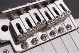 Brücke mit Saitenreitern einer elektrischen Gitarre (Fotolia)