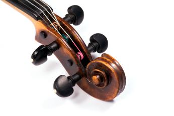 Wirbelkasten einer Violine mit Schnecke als Halsabschluss (Fotolia)