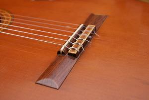 Querriegel einer akustischen Gitarre (Fotolia)